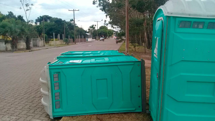 Segue o vandalismo contra os banheiros químicos em Arambaré