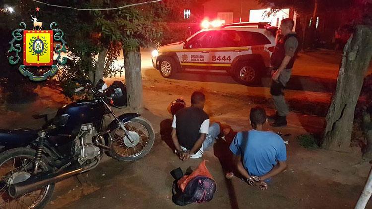 BM de Camaquã prende indivíduos com moto furtada