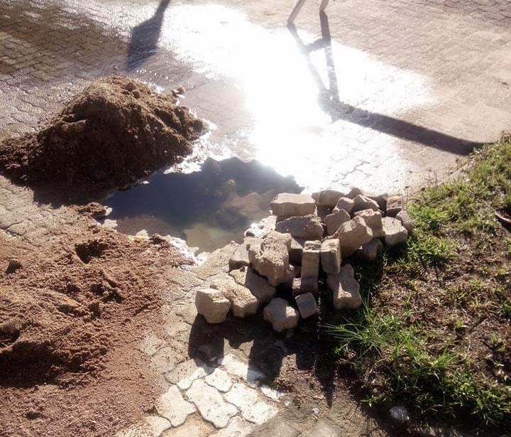 Vazamento no centro da cidade desperdiça água
