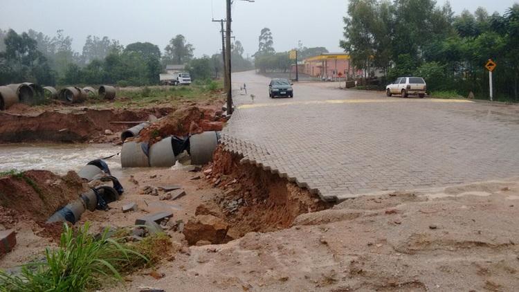 Chuva forte atinge a região e causa estragos