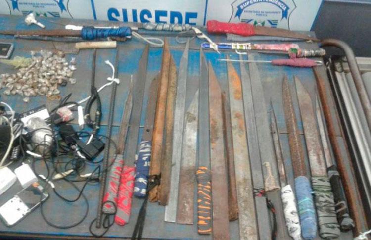 Facões, celulares e drogas apreendidas após revista no presídio