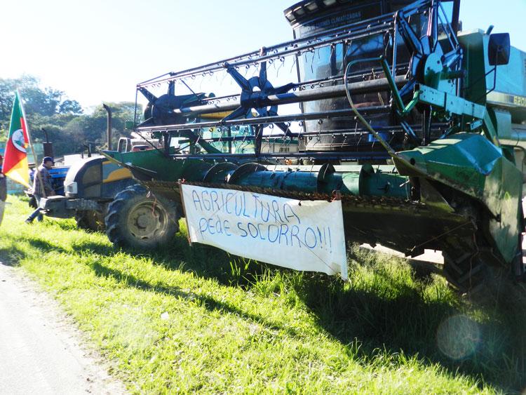 Produtores rurais se unem aos caminhoneiros na esquina de Tapes