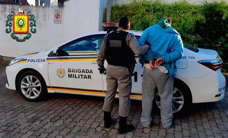 Homem com mandado de prisão por tráfico de drogas é preso