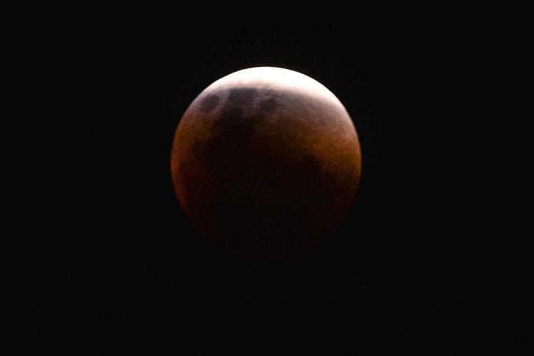 Maior eclipse total da Lua do século 21 ocorre nesta sexta
