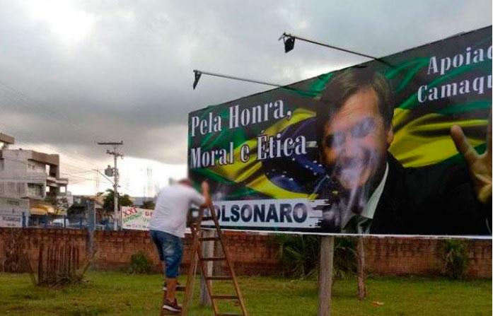 TRE-RS manda retirar outdoor de apoio a Bolsonaro