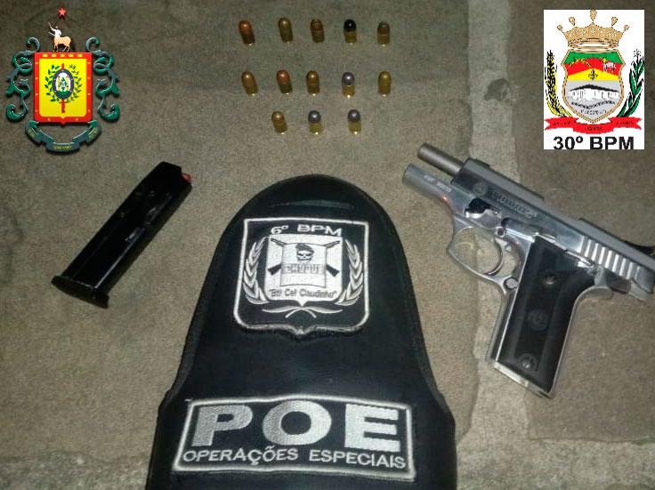 BM prende homem com arma em casa noturna