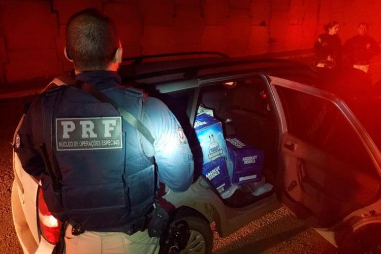Veículo com quase 400 litros de bebida contrabandeada é apreendido na BR-116, em Tapes