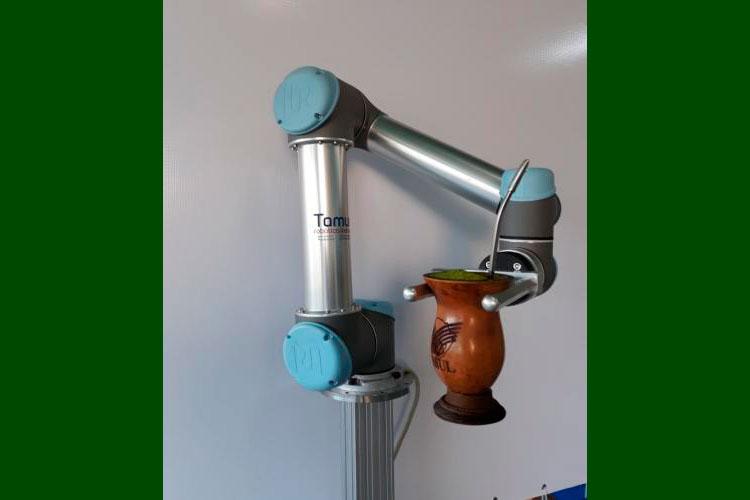 Robô serve chimarrão na Expointer