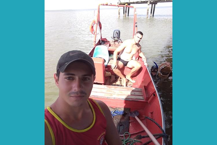 Bombeiros Civis de Arambaré recolhem lixo do fundo da lagoa