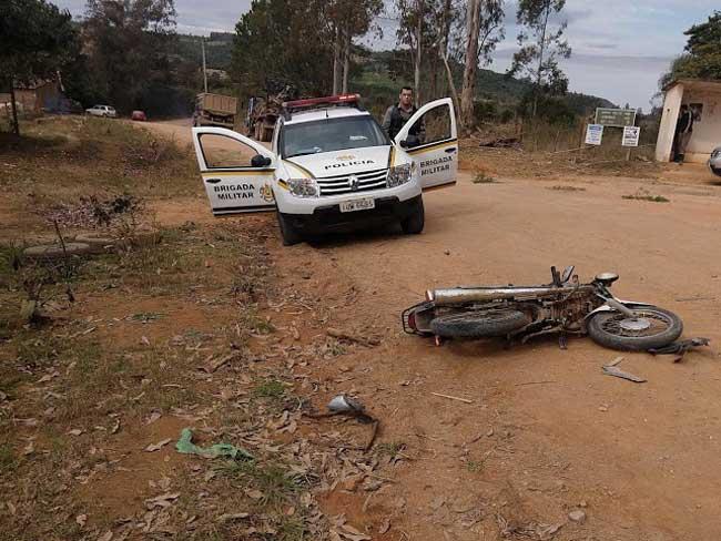 Jovem de 15 anos morre após colidir motocicleta em caminhão.