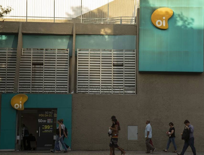 Bolsonaro sanciona nova lei da telefonia, que beneficia a Oi e a expansão da banda larga