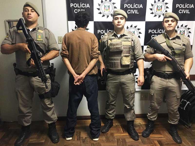 Homem preso por portar revólver em estabelecimento comercial