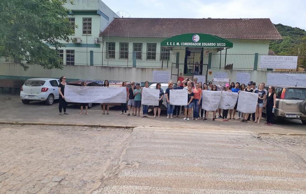 Em greve, professores estaduais fazem caminhada em Sertão Santana